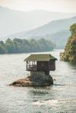 Een uiterst klein huis op Rivier Drina Stock Fotografie