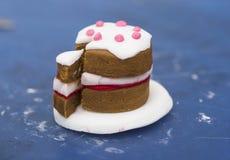 Een uiterst kleine die cake van fondantje wordt gemaakt Stock Foto's
