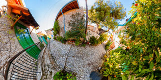 Een uiterst kleine straat in een schilderachtig dorp Royalty-vrije Stock Foto's