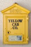 Een Uitstekende Gele Cabine Callbox Royalty-vrije Stock Afbeeldingen
