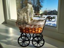 Een uitstekende rieten stuk speelgoed kinderwagen royalty-vrije stock afbeeldingen