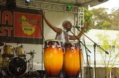 Een uitvoerder op stadium bij een jaarlijkse muzikale gebeurtenis in de Caraïben stock foto's