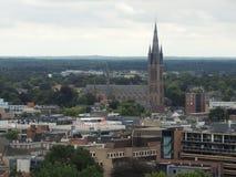 Een uitzicht van Hilversum, Nederland met het oriëntatiepunt Vitus Church in het midden royalty-vrije stock afbeelding
