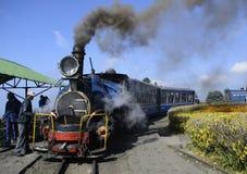 Een Unesco handhaafde erfenis darjeeling spoorweg of locomotief chuggs door het Himalayagebergte royalty-vrije stock fotografie