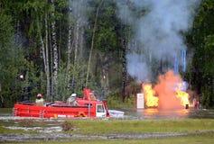 Een unieke drijvende brandvrachtwagen ac-4.0 op de chassis van serie ural-4320 bij de waaier van Noginsk redt centrum van Minist stock afbeeldingen