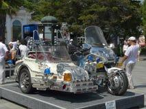 Een unieke motorfiets met een wandelwagen met een overvloed van chroom door het langs gemaakte lichaam en heel wat wijzigingen stock afbeeldingen