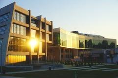 Een universitaire campus in de stad van Osijek in Kroatië Gebouwen van de Faculteit van Burgerlijke bouwkunde en Landbouw, die fl stock foto's