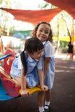 In een universiteit in Bangkok, hebben de kinderen pret in de speelplaats dur royalty-vrije stock foto