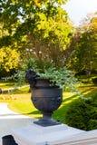 Een vaas met antieke cijfers versiert het de herfstpark royalty-vrije stock afbeelding