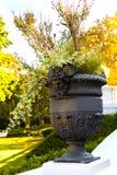 Een vaas met antieke cijfers versiert het de herfstpark royalty-vrije stock afbeeldingen