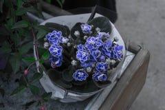 Een vaas met blauwe bloemen stock foto