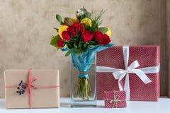 Een vaas met bloemen en giften royalty-vrije stock fotografie