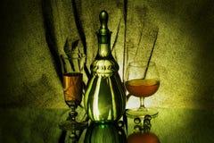 Een vaas, twee wijnglazen en vier glasballen Stock Afbeeldingen