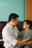 Een vader en een zoon stock foto
