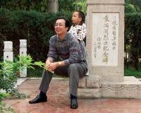 Een vader en een zoon genieten samen van tijd Stock Foto