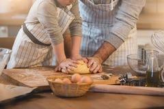 Een vader en zijn zoon het koken Royalty-vrije Stock Afbeelding