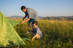 Een vader met haar zoon plaatste samen tent Royalty-vrije Stock Fotografie