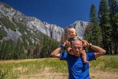 Een vader met van het bezoekyosemite van de babyzoon het Nationale Park in Californa royalty-vrije stock foto's