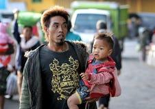 Een Vader met zijn jong geitje in Bali royalty-vrije stock fotografie