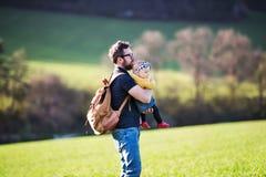 Een vader met zijn peuterdochter buiten in de lenteaard royalty-vrije stock foto