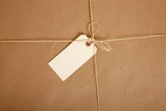 Een vakje dat in pakpapier met lege markering wordt verpakt Stock Foto's