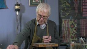 Een vakmanjuwelier leidt tot een armband stock video