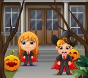 Een vampierpaar met geel haar die zich voor het huis bevinden stock illustratie