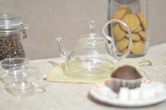 Een vastgestelde ontbijtlijst De ronde glasketel, twee koppen, muffin, suiker, a kan van koffie Royalty-vrije Stock Fotografie