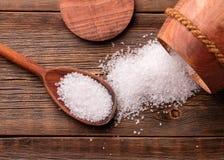 Een vat en een lepel met zout stock afbeelding