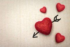 Een vectorillustratie Paar van Rood hart met cupidopijl op kartonachtergrond Het concept van de valentijnskaart royalty-vrije stock afbeeldingen