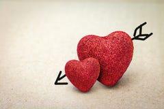 Een vectorillustratie Paar van Rood hart met cupidopijl op kartonachtergrond Het concept van de valentijnskaart stock afbeelding