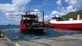 Een veerboot die bij haven elizabeth, bequia aankomen stock video