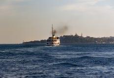 Een veerboot dragende passagiers aan Eminonu stock foto's