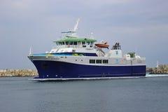 Een veerboot komt in de haven aan Utsira, Noorwegen, Europa Royalty-vrije Stock Fotografie