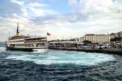 Een veerboot kruising de Bosphorus-Straat, van de Europese kant aan de Aziatische kant, Istanboel, Turkije Royalty-vrije Stock Foto's