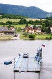 Een veerboot onder het Strecno-kasteel Stock Fotografie