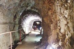een veilige weg in een stalactiethol stock foto