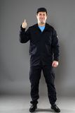 Een veiligheidsagent met een duim ondertekent omhoog Royalty-vrije Stock Afbeelding