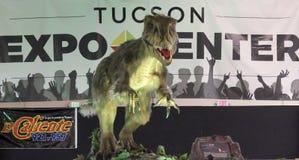 Een Velociraptor-Dinosaurus snuffelt Planeet t-Rex rond royalty-vrije stock fotografie