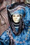 Een Venetiaanse mens in een gouden masker Royalty-vrije Stock Afbeeldingen