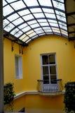 Een venster aan het terras met balkon Royalty-vrije Stock Foto's