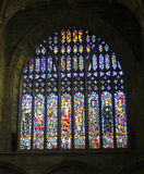 Een venster dat van de Kathedraal van het Gebrandschilderd glas Heiligen toont Stock Foto's