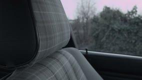 Een venster in de auto door de zetel stock footage
