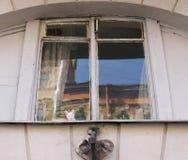 Een venster in een oud huis met heterochromatic katje op een venster Stock Foto