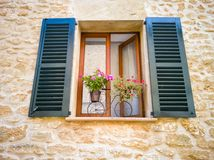 Een venster met blinden in een Mediterrane stijl royalty-vrije stock afbeelding