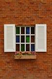 Een venster op een bakstenen muur Stock Afbeeldingen