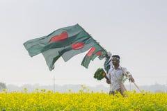 Een Venter verkoopt Inwoner van Bangladesh nationale vlaggen bij mosterdgebied in Munshigonj, Dhaka, Bangladesh Royalty-vrije Stock Fotografie