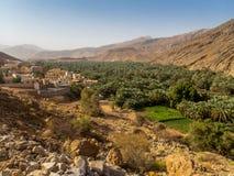 Een ver dorp met zijn oase en palmdataaanplanting in Oma royalty-vrije stock fotografie