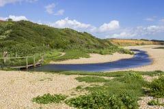 Een ver gepoederd shell strand op het Southampton Water aan het eind van het ruiterpad van de Haaksteeg dichtbij Titchfield Gemee Royalty-vrije Stock Foto's