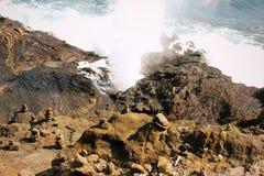 Een Ver Strand in Oahu, Hawaï met een Eilandmening stock afbeeldingen